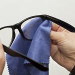 Na čištění brýlí je nejvhodnější speciální utěrka z mikrovlákna