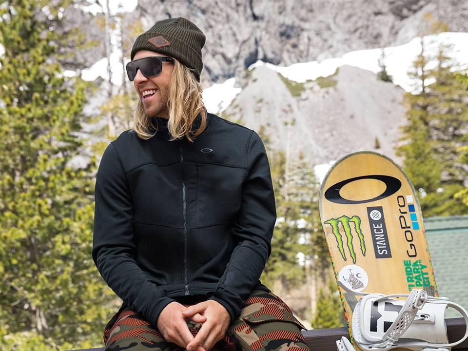 Nejen snowboarďáci alyžaři vědí, žena horách je třeba chránit si zrak. Nafotce olympijský vítěz Sage Kotsenburg, kterého sponzoruje Oakley. Foto: Oakley.