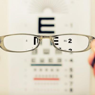 Kazí brýle oči?