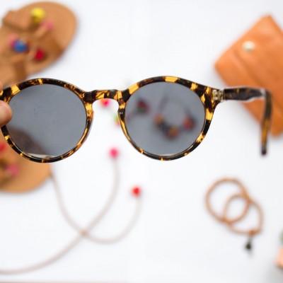 etiketa a sluneční brýle